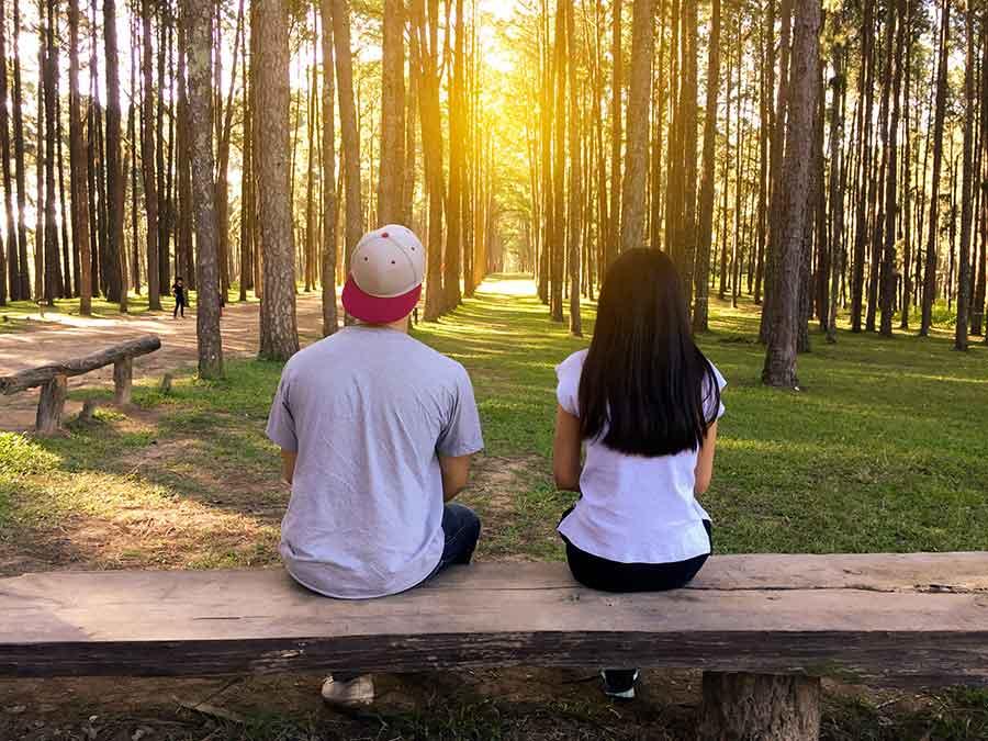 Un couple assis sur un banc